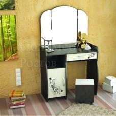 Трюмо Solo 1 luxe (+пуф) с нанесенным на фасады рисунком, двустворчатым зеркалом плавных линий, выкатным пуфом, ящиком и открытой полкой